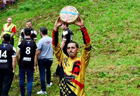 Gloucestershire cheese rolling: Hundreds risk life and